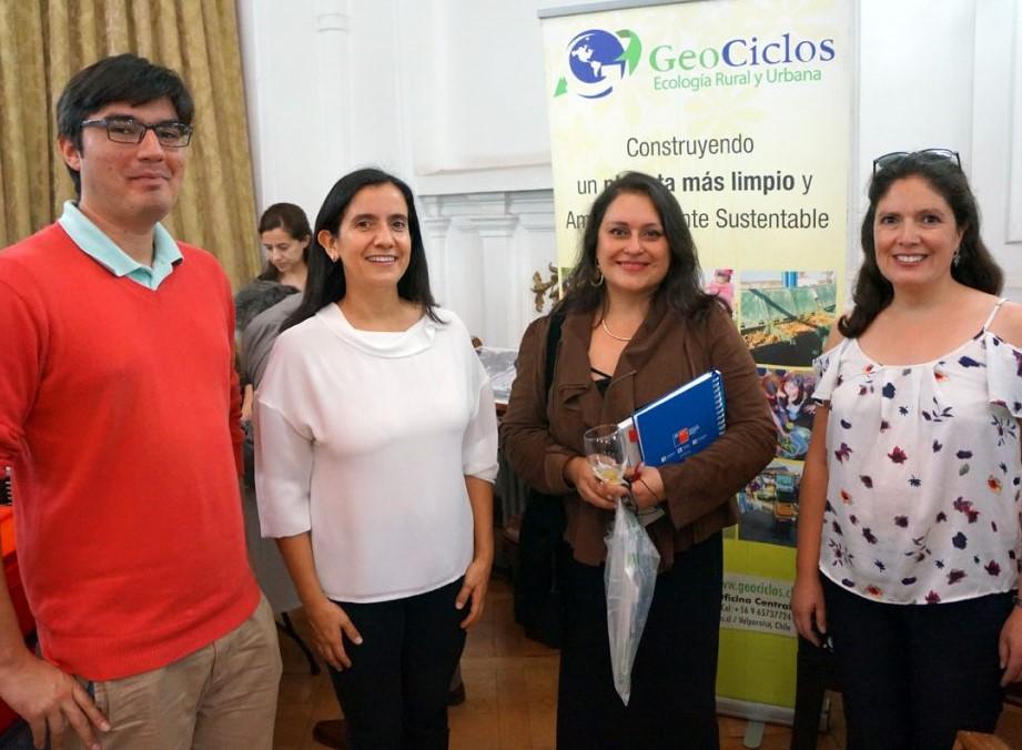 En la fotografía Juan Pablo Aguirre (Ingeniero de Proyectos de GeoCiclos), Lina Razeto (gerente general GeoCiclos), Andrea Novoa (encargada proyectos de residuos sólidos) y Andrea Arriagada (gerente de proyectos GeoCiclos).